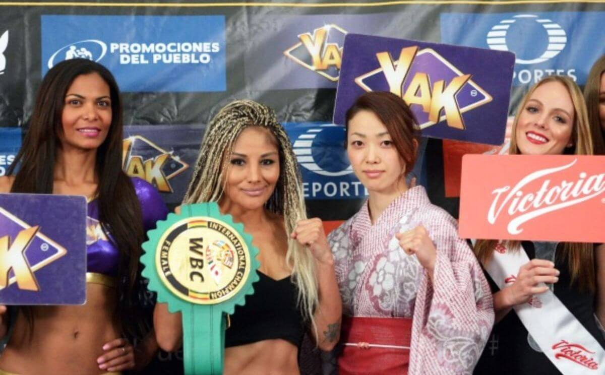 Luchadoras en el Casino Royal Yak